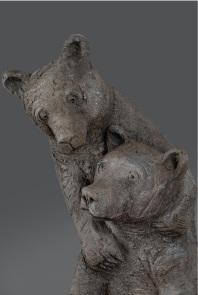 Sophie Verger. Detail de trois ours sur une pierre Grès